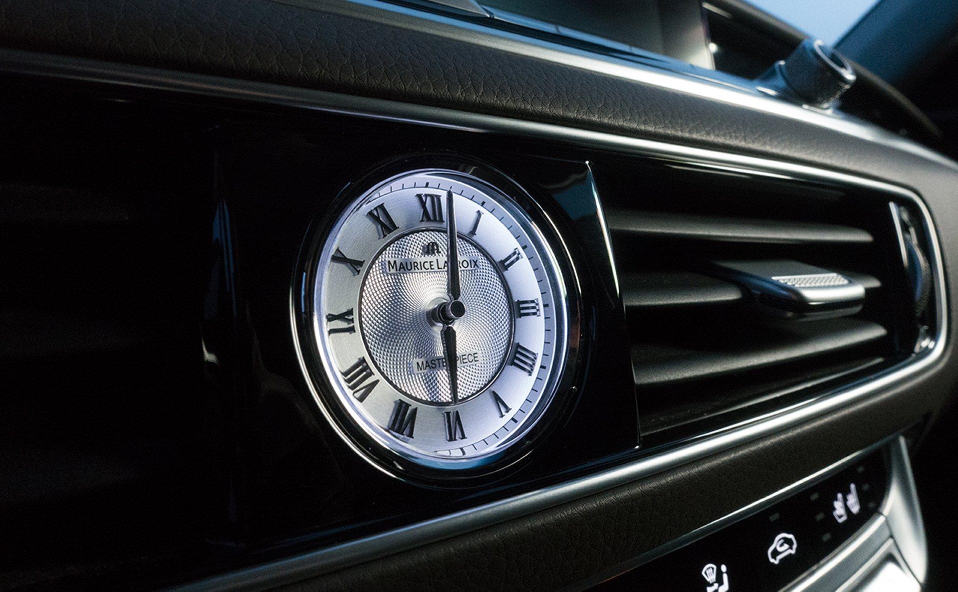 Reloj de la marca Maurice Lacroix en el tablero del K900