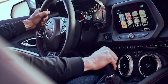 Controles al interior del Chevy Camaro 2018