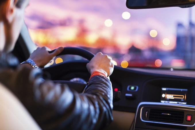 Sal manejando el auto que quieres