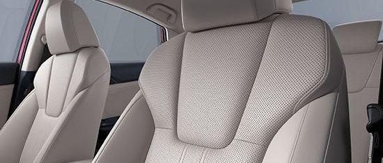 Asientos tapizados en piel perforada del Honda Insight 2019.