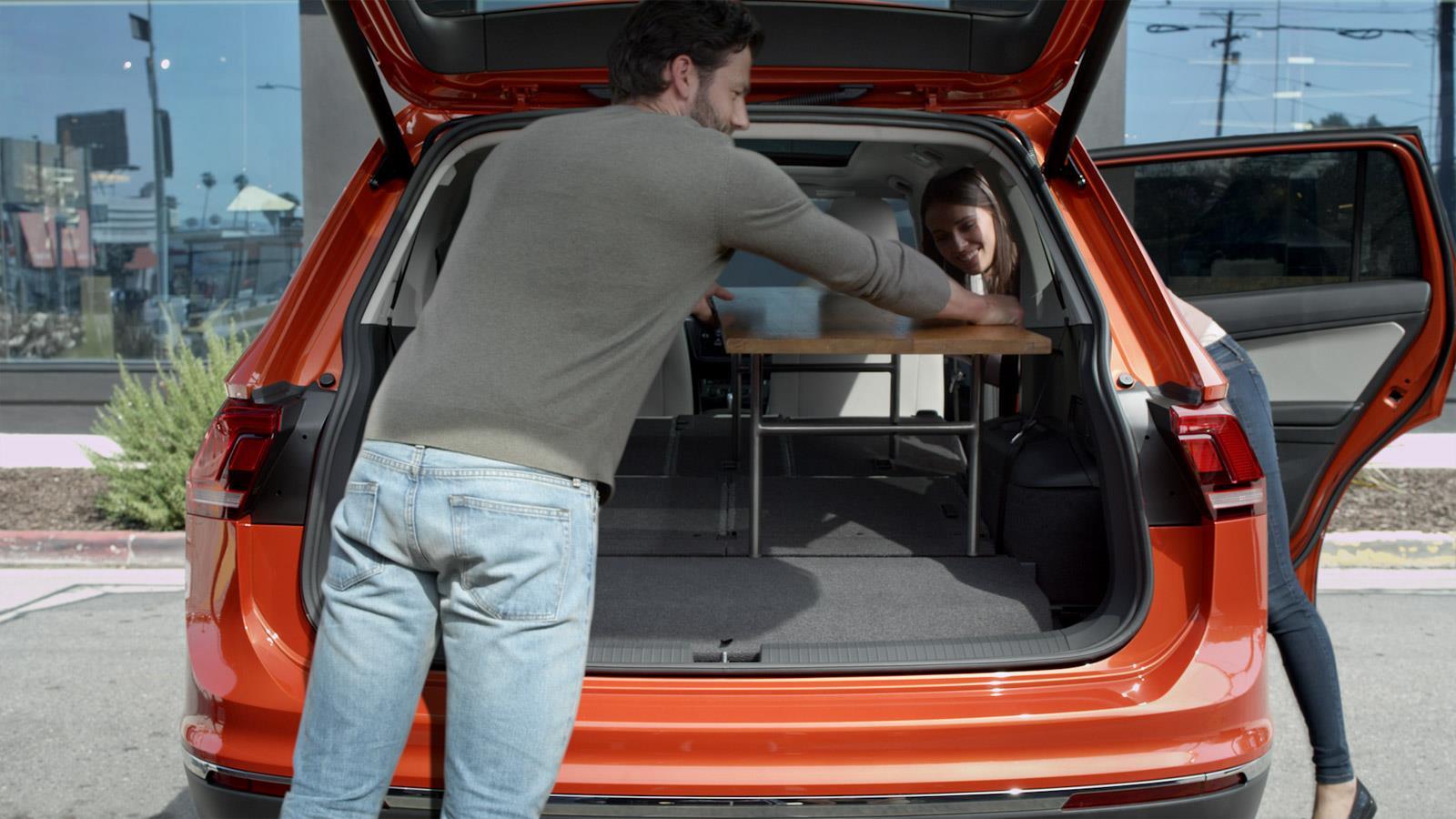 La Volkswagen Tiguan 2018 ofrece hasta 73.5 pies cúbicos de espacio de carga con los asientos traseros doblados.