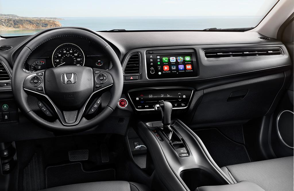 Interior del Honda HR-V 2019 Touring con el volante y la palanca de cambios cubiertos en piel negra