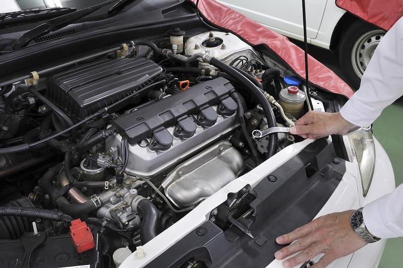 Revisamos los niveles de líquidos del motor