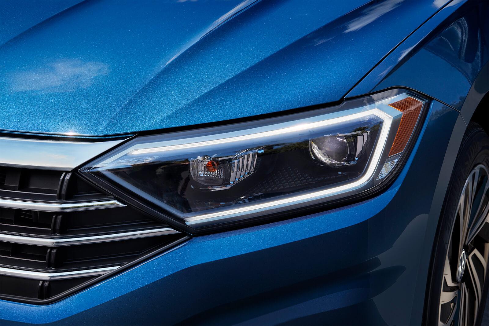 Las luces delanteras LED del Volkswagen Jetta 2019 son deportivas y sofisticadas