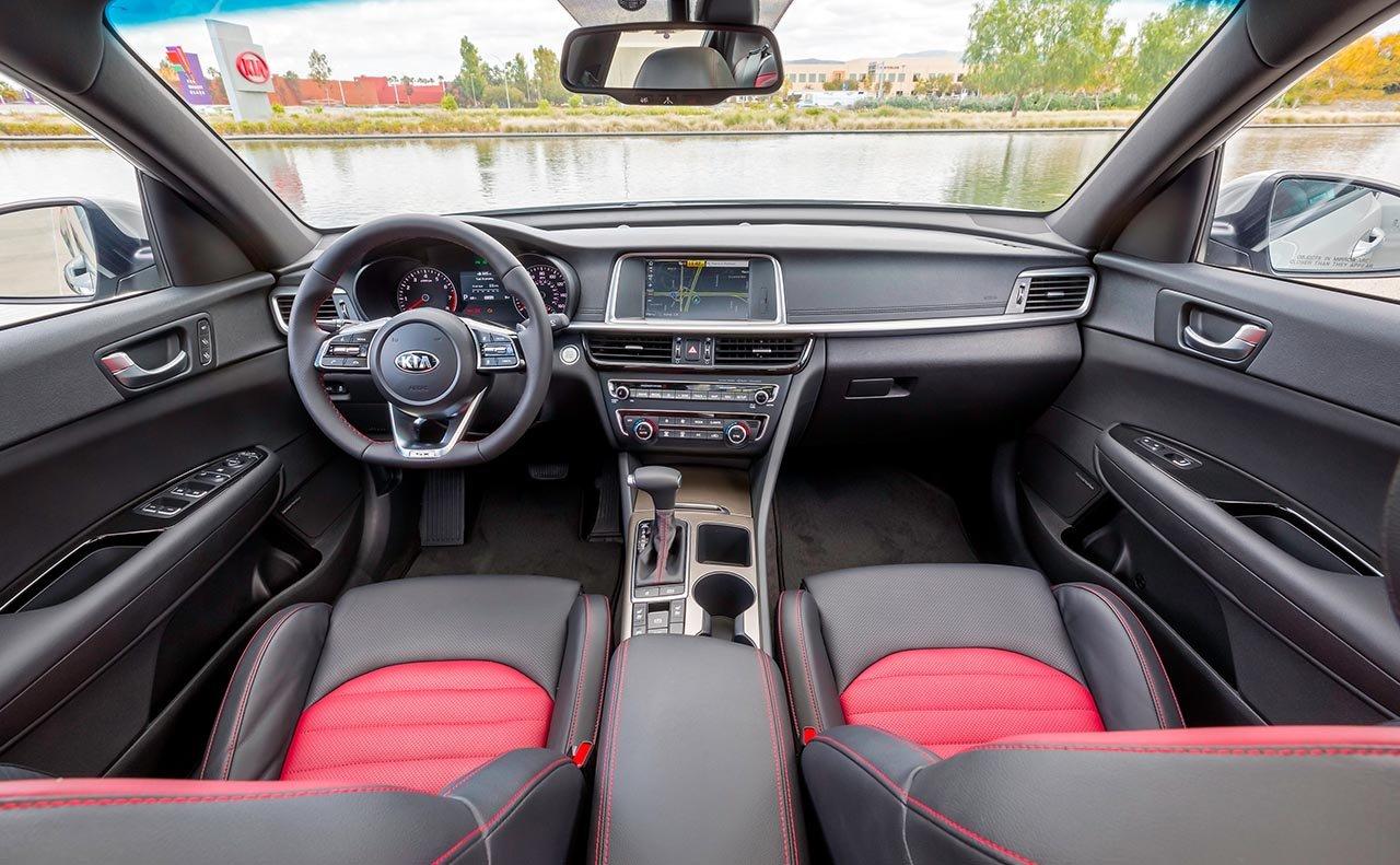 El interior del Kia Optima 2019 es amplio y cómodo y está cargado de tecnología moderna
