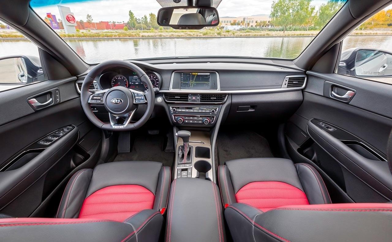 Se muestra el interior del Kia Optima SX.  Amplitud y confort para tus viajes.
