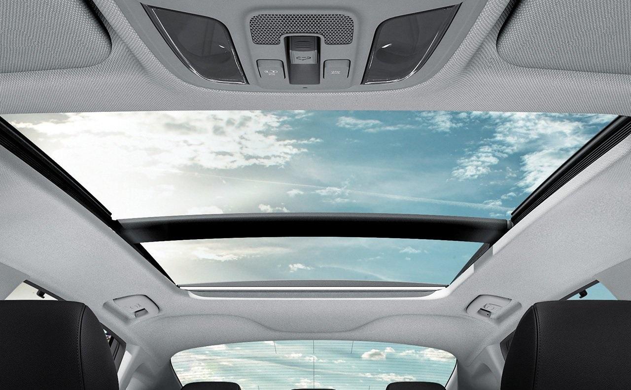 Agrega luz y sensación de espacio con el techo panorámico corredizo disponible.