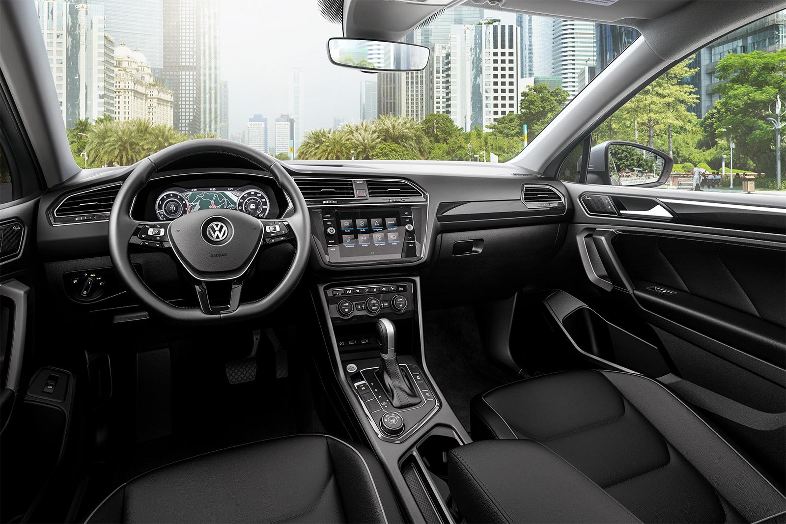 El interior de la Volkswagen Tiguan 2019 tiene una distribución óptima de controles