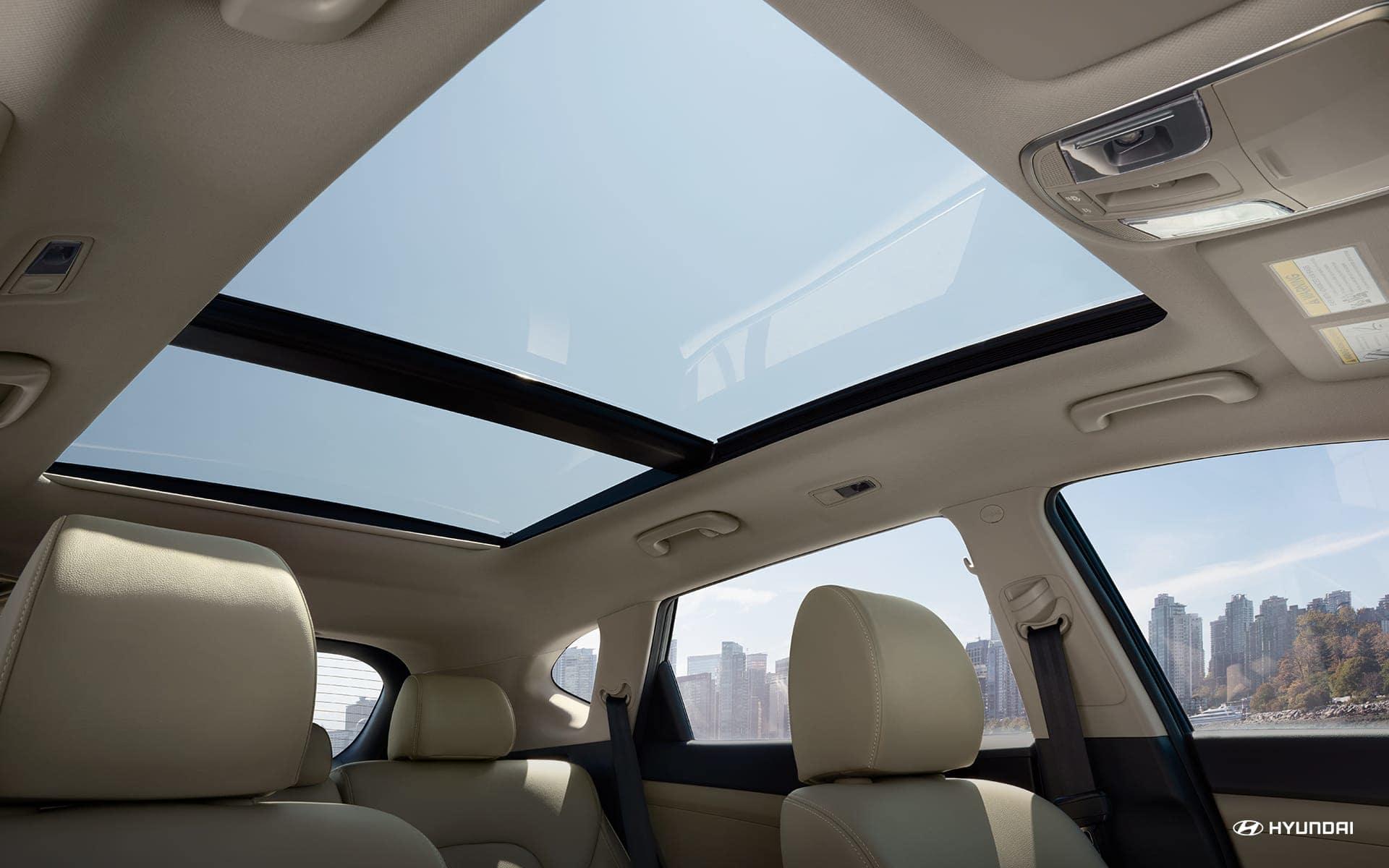 Techo panorámico para que disfrutes del sol incluso dentro del auto.