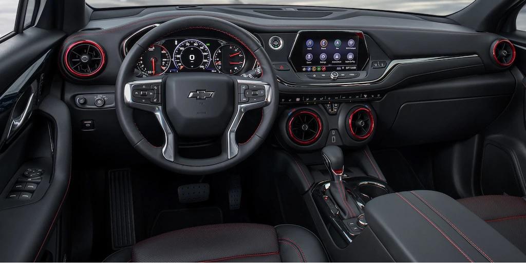 Interior del Chevrolet Blazer 2019 RS con detalles en piel color Negro Azabache.