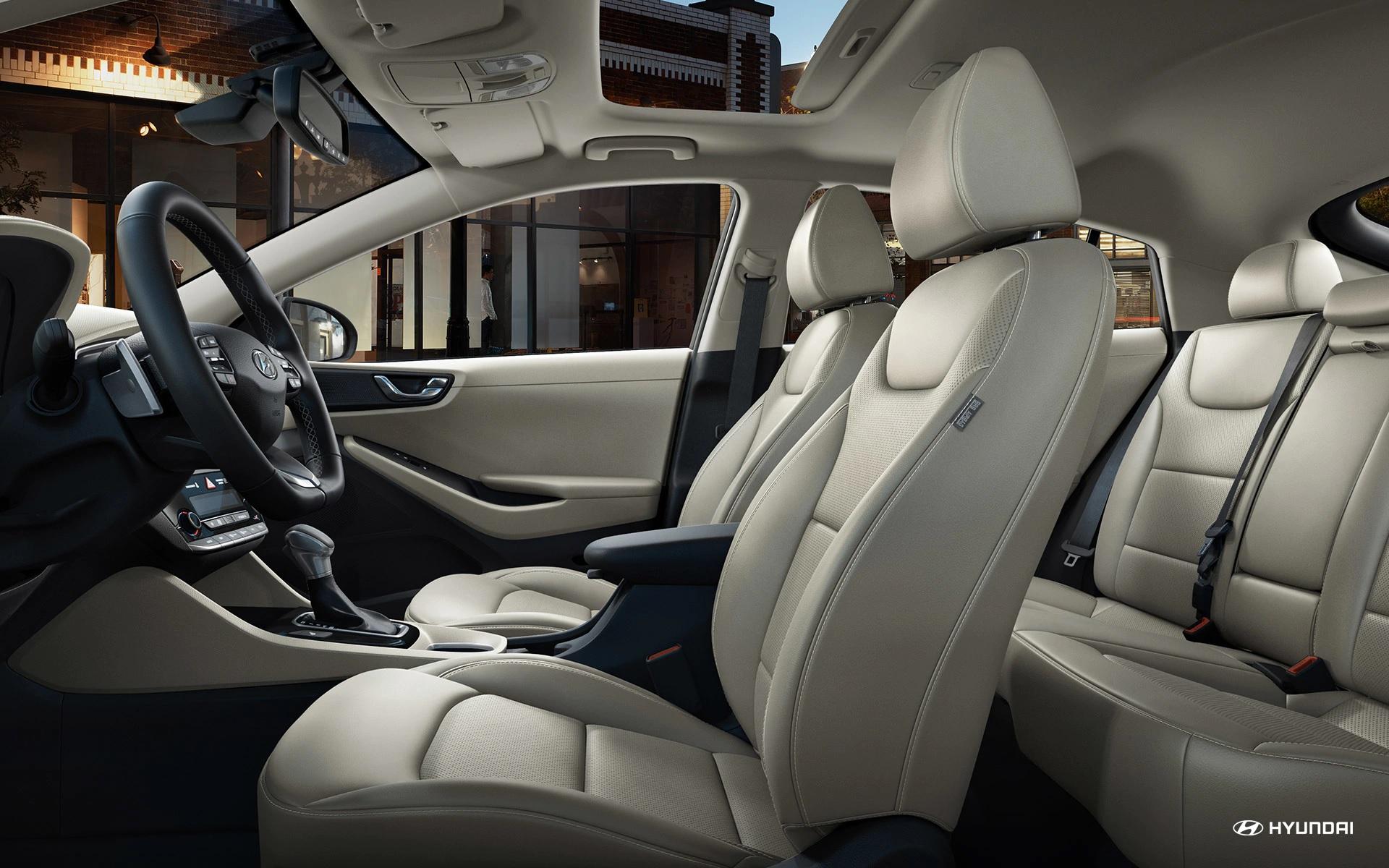 Hyundai Ioniq Híbrido 2019 con interior de cuero beige disponible.