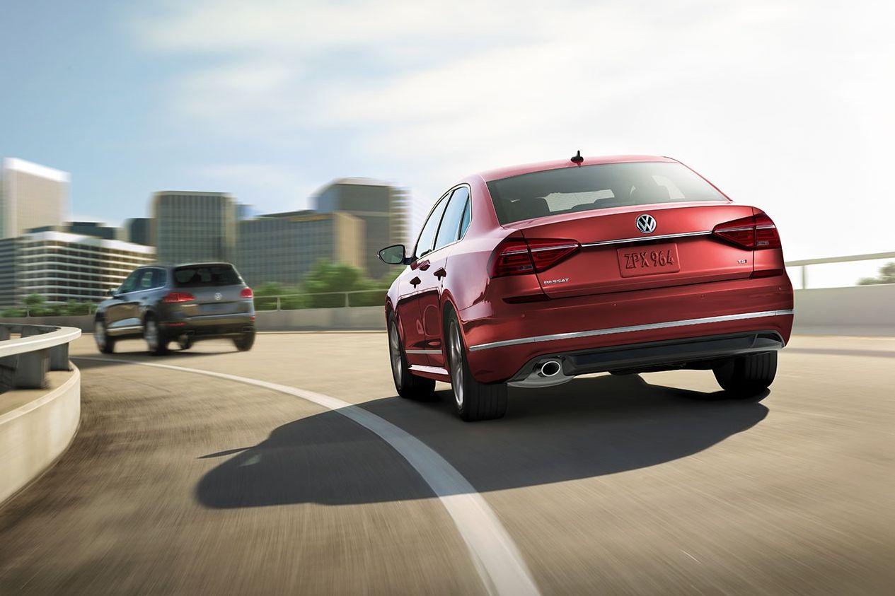 Volkswagen Passat SE R-Line en Fontana Red Metallic