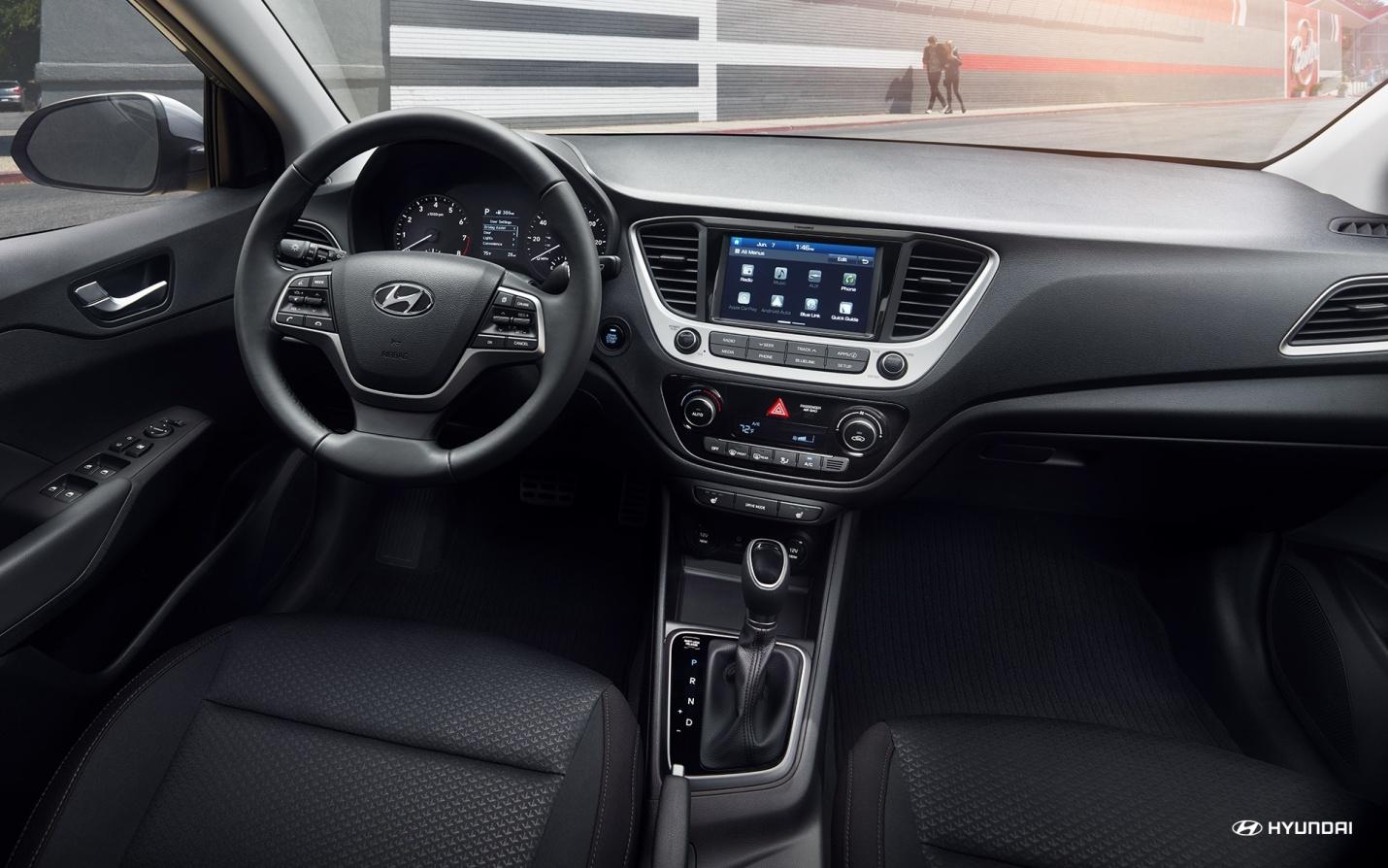 Interior del Hyundai Accent 2019 con tela negra.  Ponte cómodo y dale arranque a un modo mas divertido de conducir.