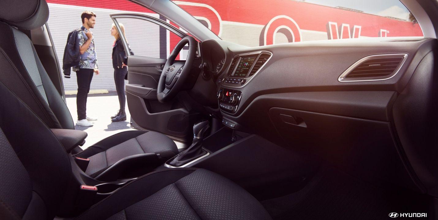 Interior del Hyundai Accent 2019 en tela negra.  Dale el máximo confort a tus millas.