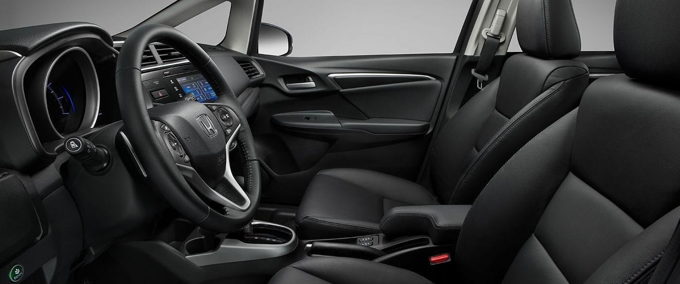 Asientos delanteros tapizados en cuero opcionales del Honda Fit 2019.