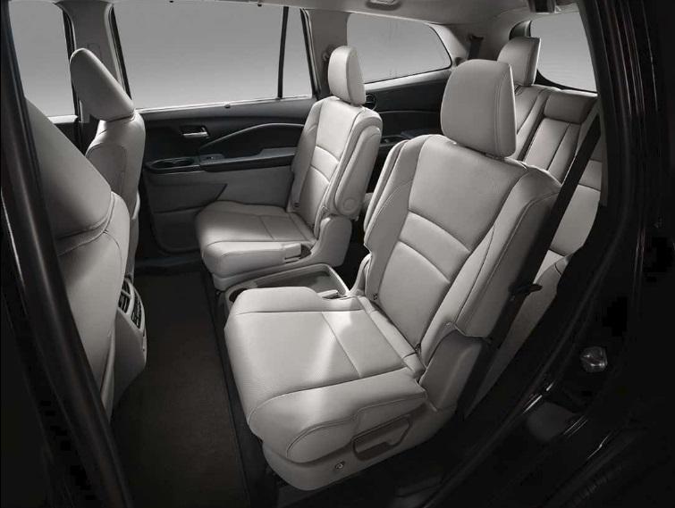 Disfruta del inigualable confort de los asientos tipo capitán estándar en la segunda fila del modelo Elite.