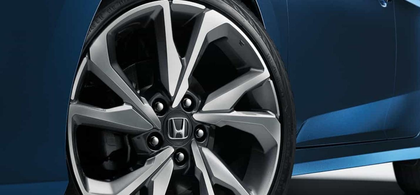 Las ruedas de aleación de 18 pulgadas le suman deportividad a la apariencia del Civic.
