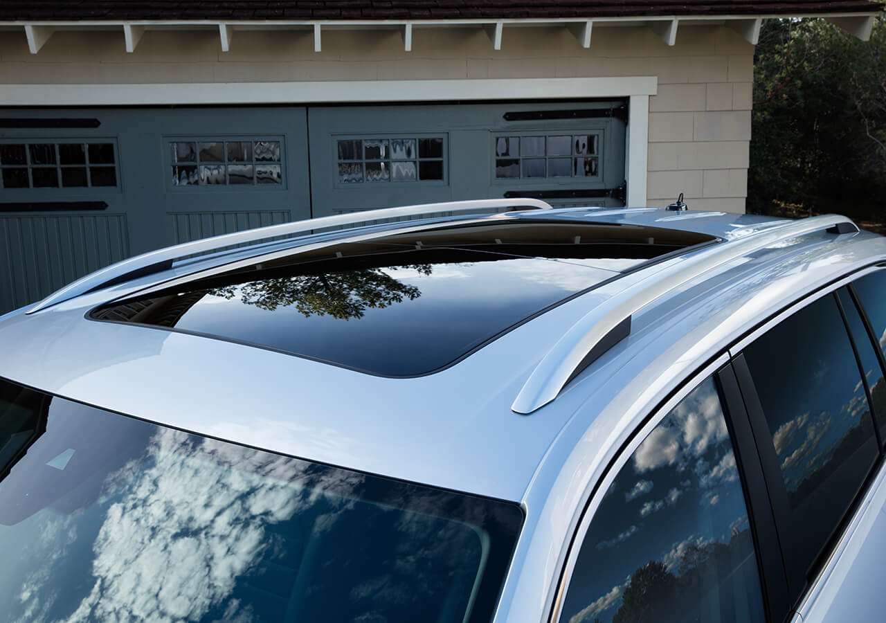 El techo corredizo panorámico del Atlas se destaca del techo corredizo del Honda Pilot.
