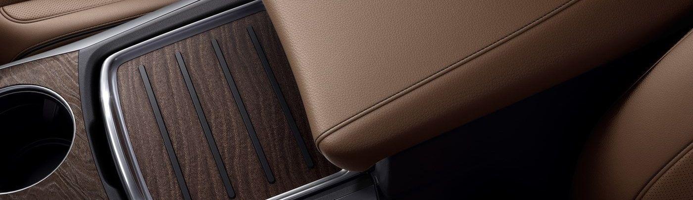 Los detalles de madera trabajada artesanalmente exaltan la sofisticación de la MDX.