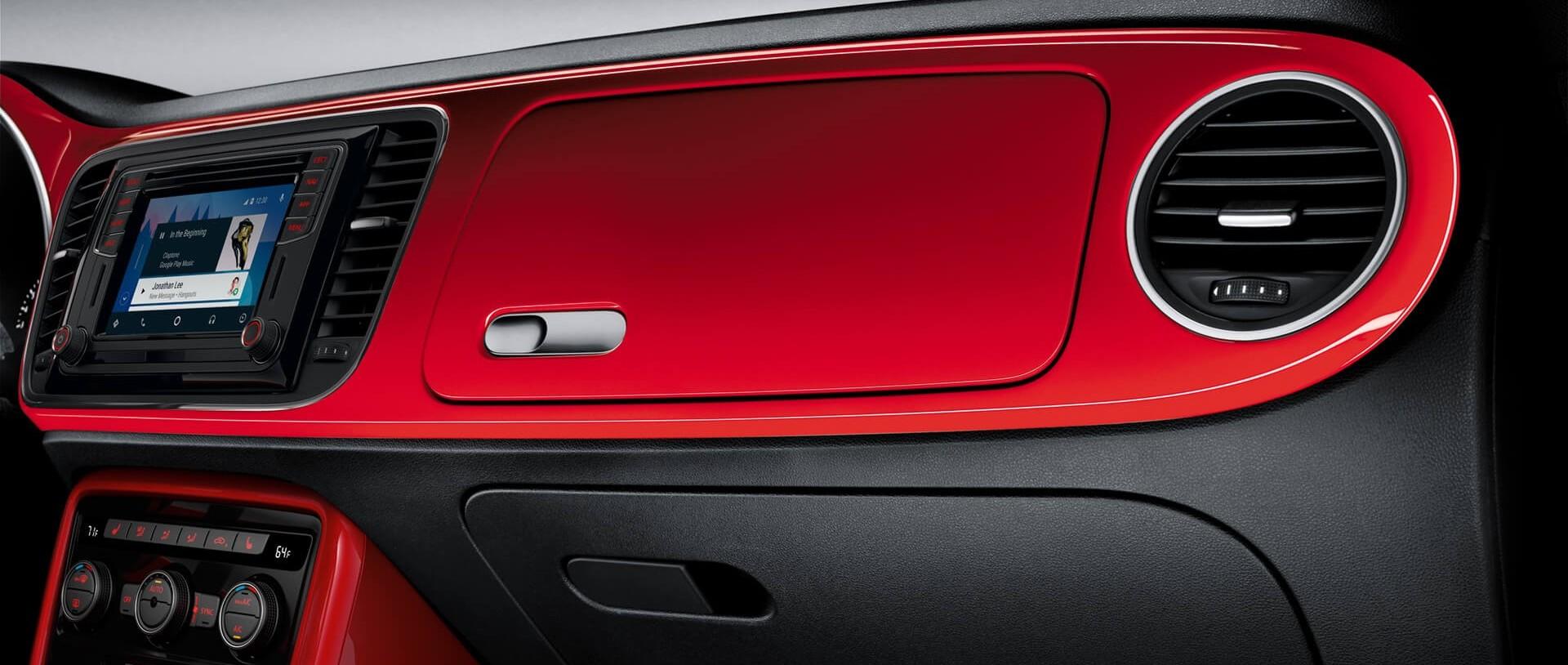 La guantera es uno de los detalles retro que juega en armonía con la apariencia también moderna del Beetle.