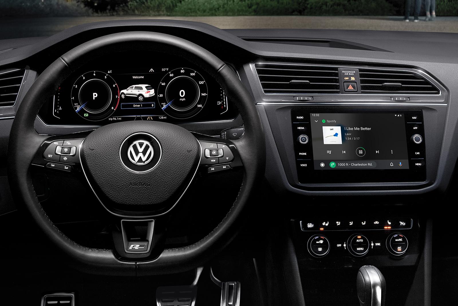 Volante multifunción, tablero digital, pantalla táctil y mucho más: súbete y enorgullécete del carro que conduces.
