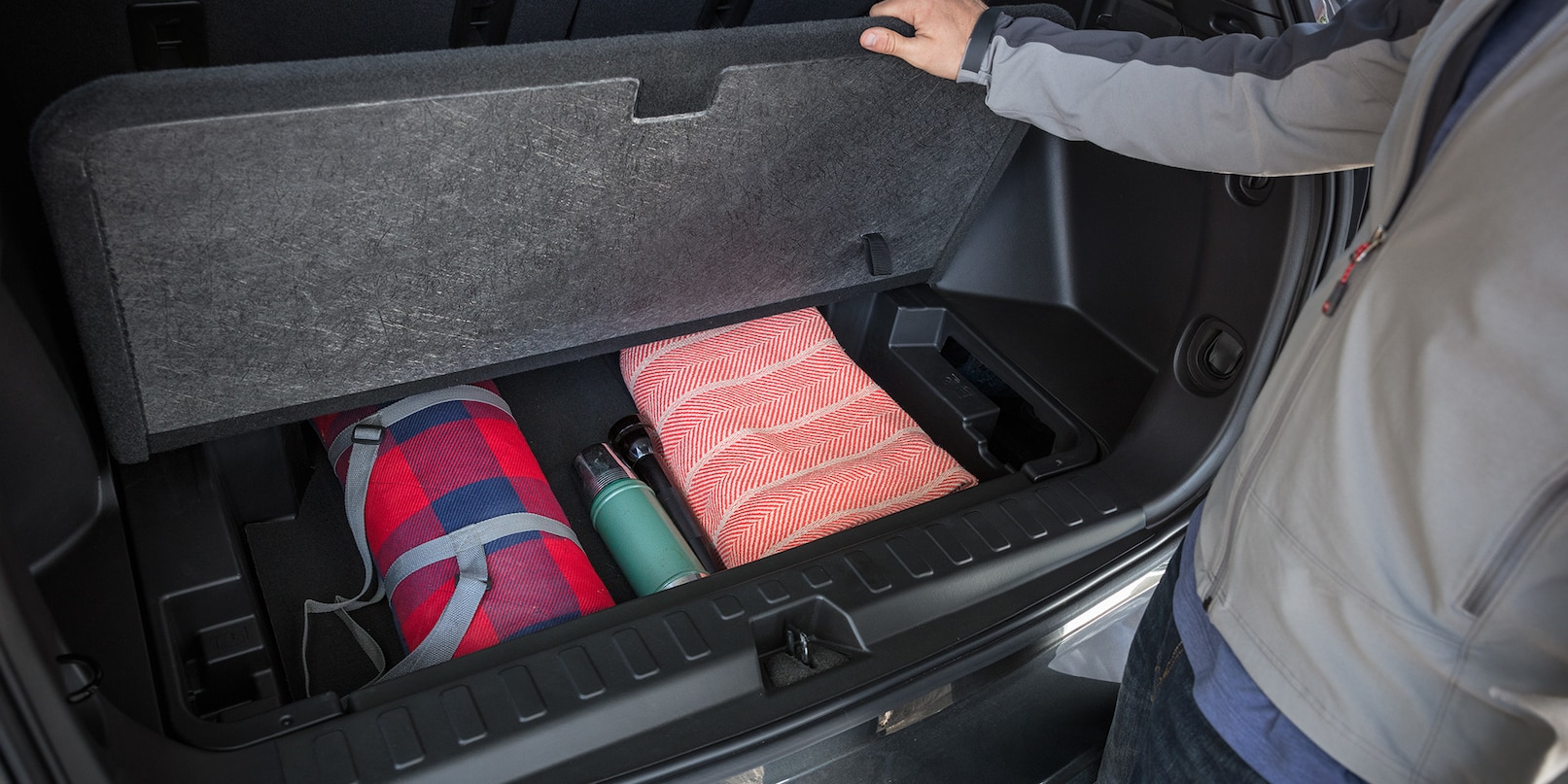 Mantén tus cosas organizadas con el compartimiento oculto de la Chevy  Equinox.