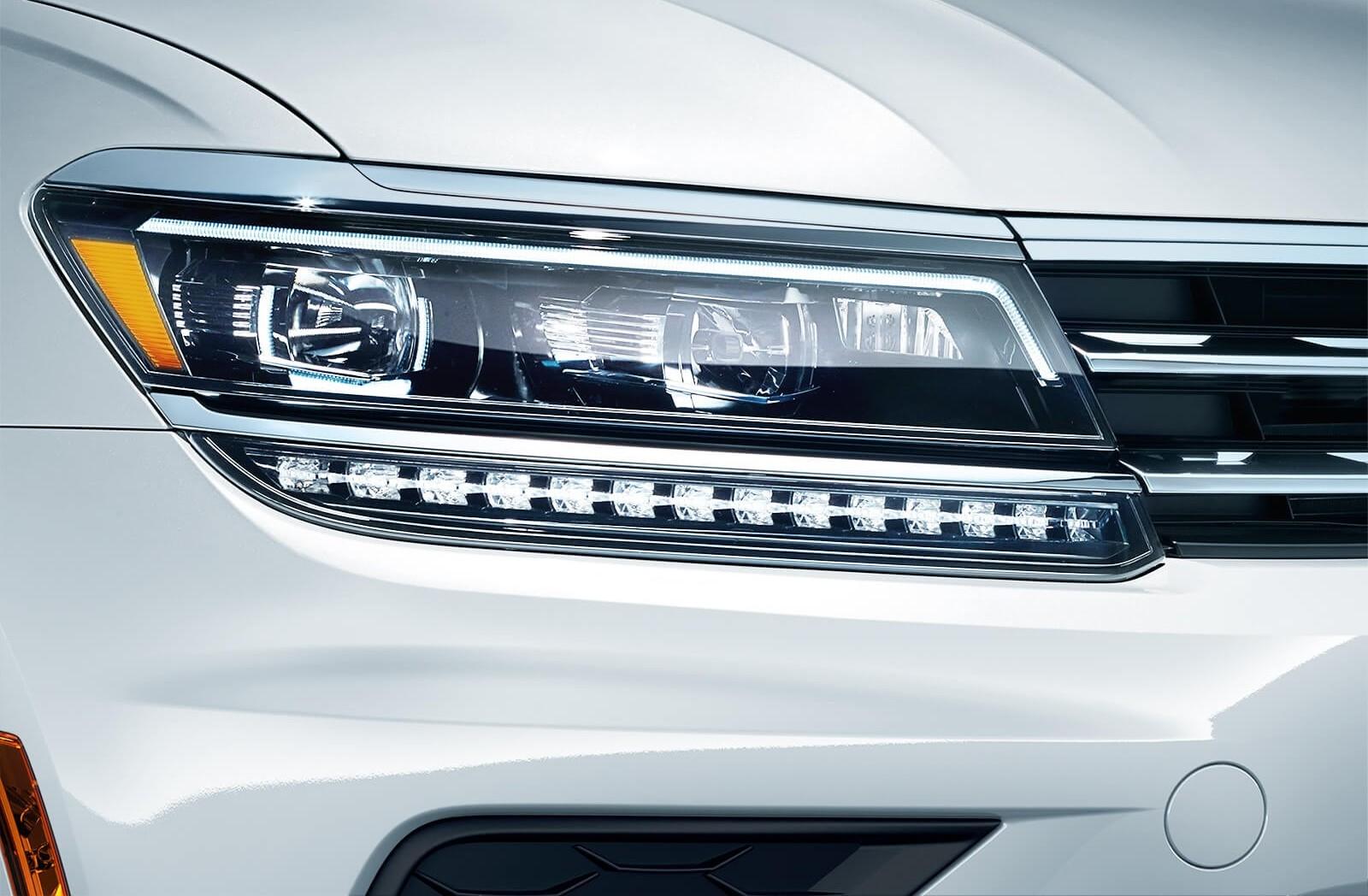 Los faros delanteros de LED con Sistema de Iluminación Frontal Adaptable disponibles girarán contigo en cada curva.