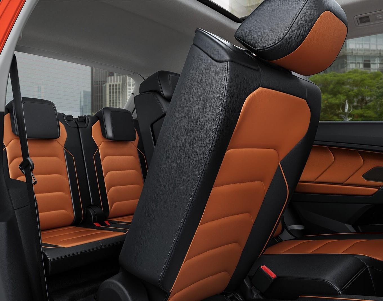 El interior puede ser de dos o de tres filas de asientos.
