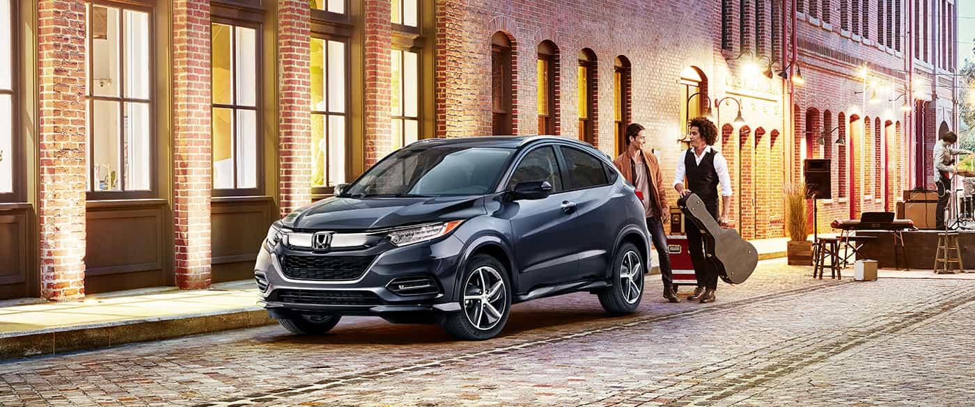 El vehículo que se muestra es el Honda HR-V 2020 Touring en Modern Steel Metallic.