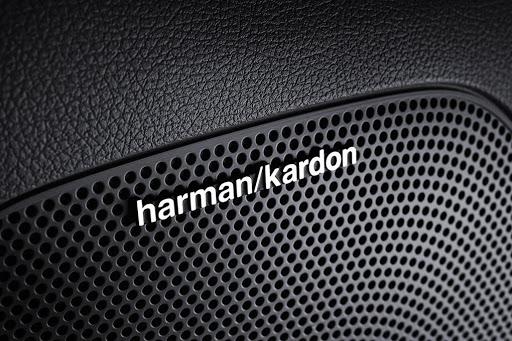 Sube el volumen de tu música favorita y escúchala con una increíble calidad a través del sistema de sonido Harman Kardon.
