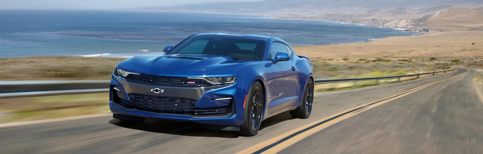 El vehículo que se muestra es el Chevrolet Camaro 2020 2SS coupe en Azul Riverside Metalico con características adicionales disponibles.