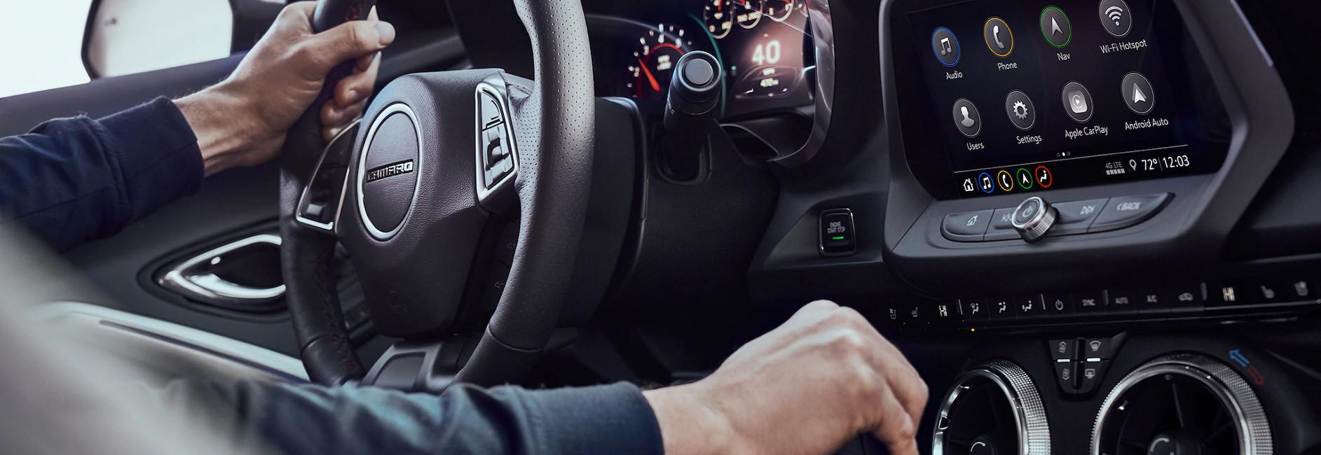 Los asientos tienen gran soporte y todo el interior tiene detalles que realzan la personalidad deportiva del Camaro.