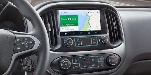Llega con direcciones claras a tu destino siguiendo el mapa de la pantalla interactiva del sistema de infoentretenimiento.