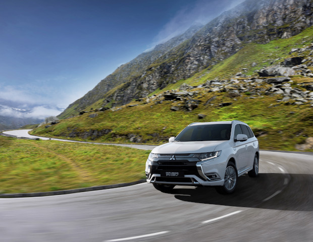 Mitsubishi Outlander PHEV voorkant wit | Autobedrijf Noteboom