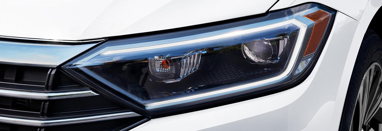 Las luces delanteras LED le suman elegancia al exterior.