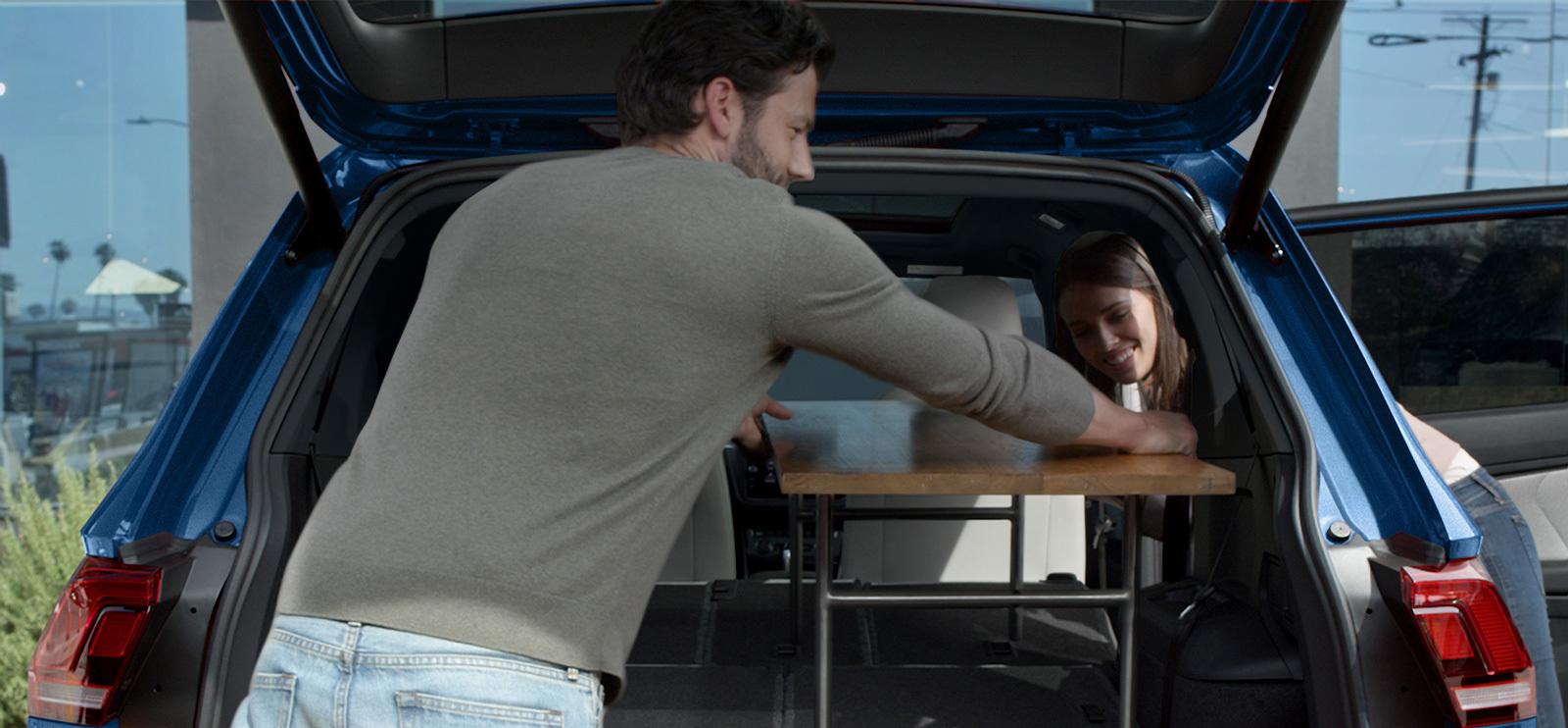 Pliega los asientos traseros y consigue el espacio de carga que necesitas.