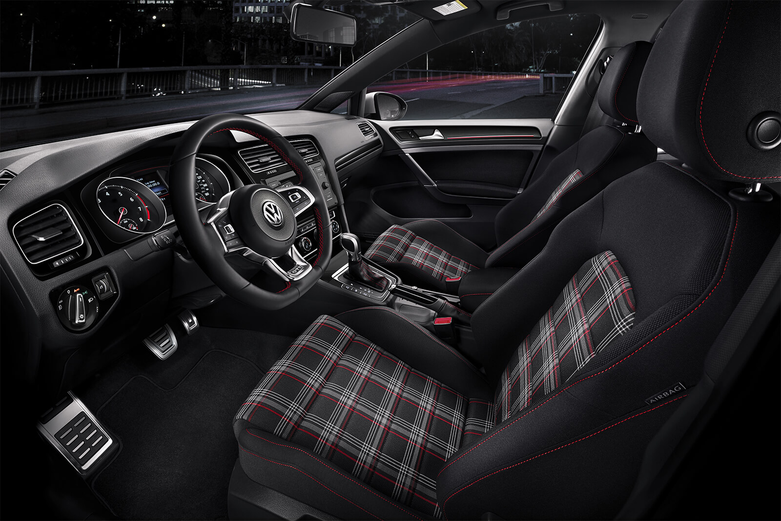 El interior del Golf GTI pone a tu disposición tecnología de vanguardia.