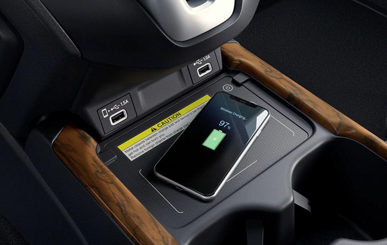 La posibilidad de que cargues inalámbricamente tu teléfono es una de las tantas características Premium del interior.