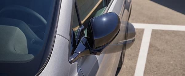 Los espejos exteriores se pliegan eléctricamente para que estaciones en espacios reducidos.