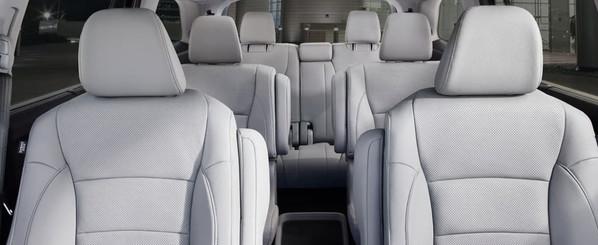 En el interior encontrarás tres confortables filas de asientos.