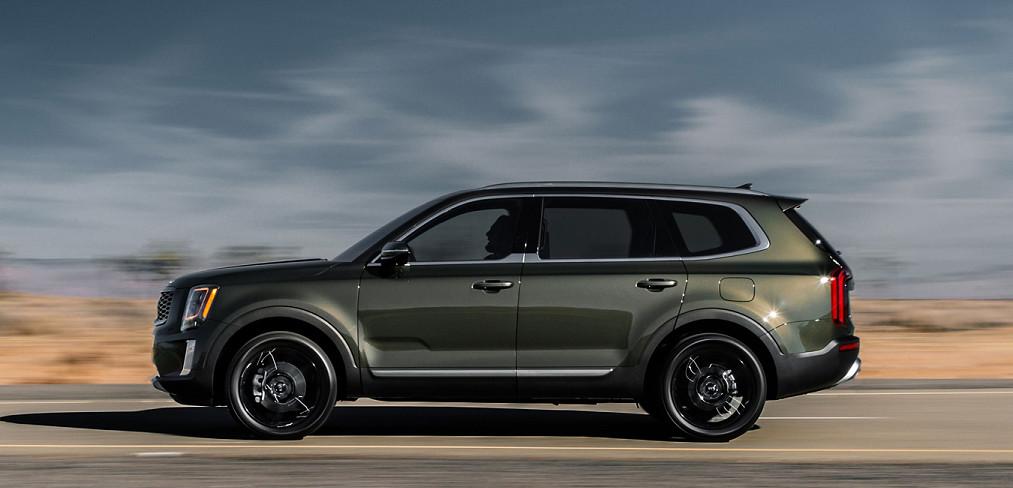 2020 Kia Telluride vs 2019 Land Rover Range Rover in Huntington, NY