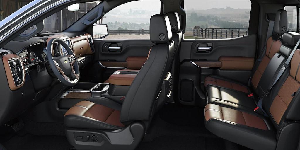 El interior de la Chevrolet Silverado 1500 2019 es amplio y elegante