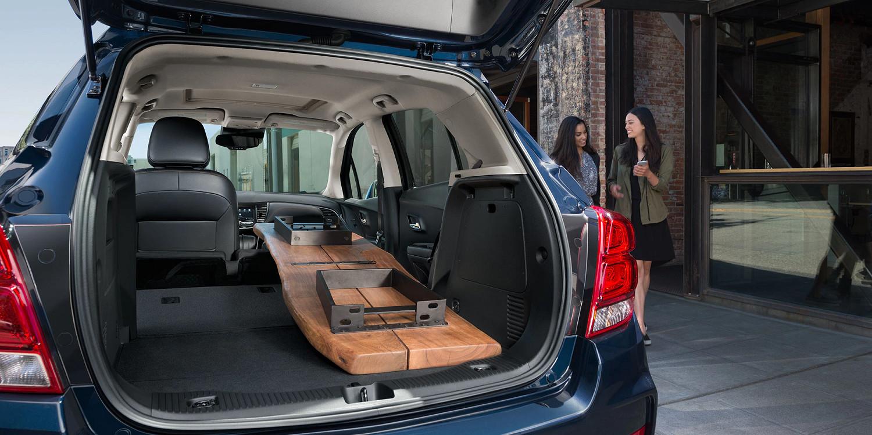 La Trax es tan versátil que hasta puedes plegar el asiento del acompañante delantero para transportar objetos largos.
