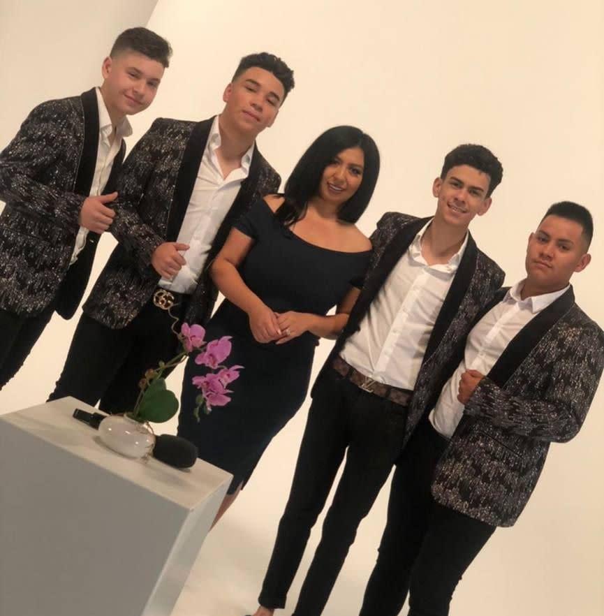 La presentadora Astrid Santos junto con Los Ahijados del Barranco